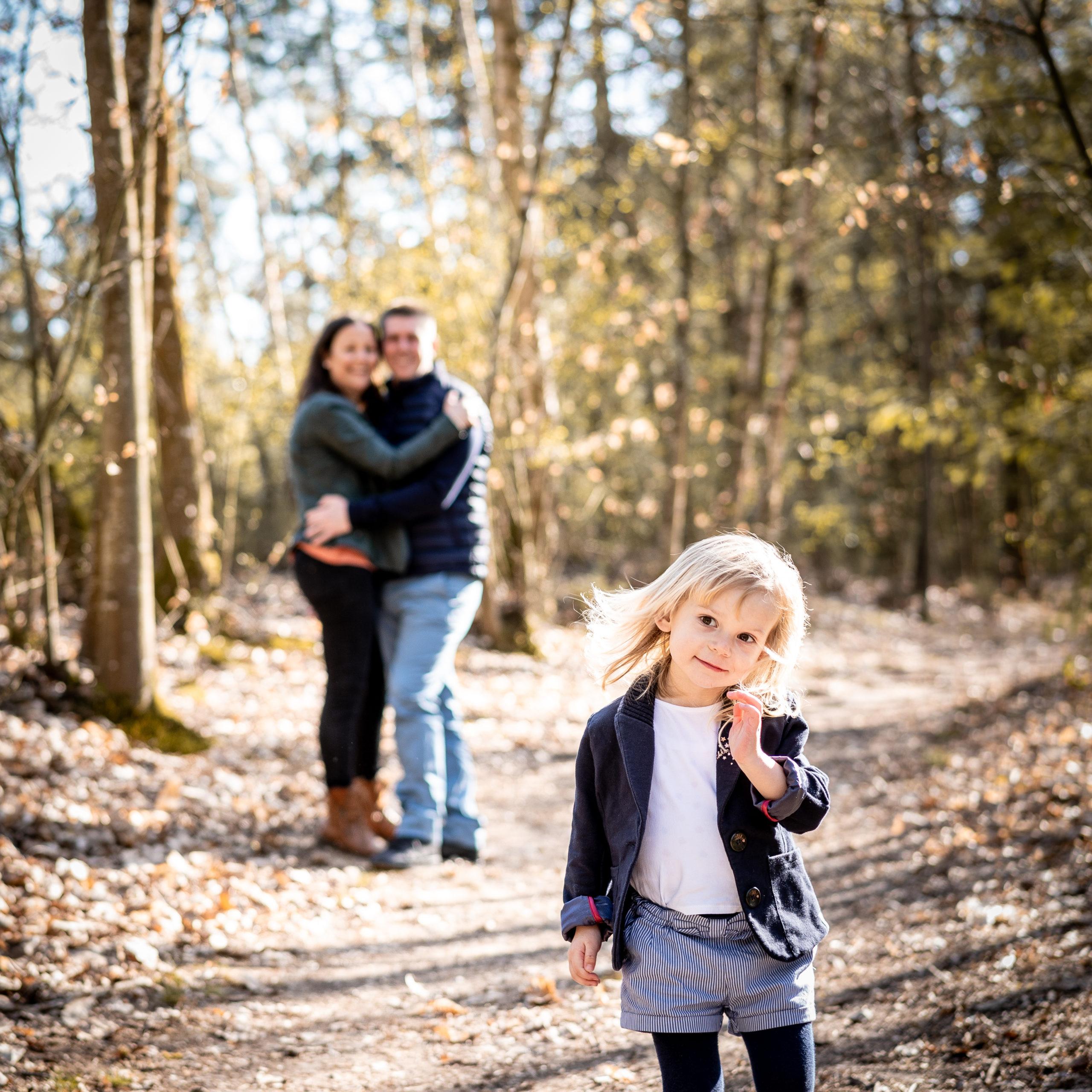 Petite fille devant ses parents
